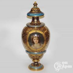 Декоративная ваза с женским портретом и букетом в медальонах